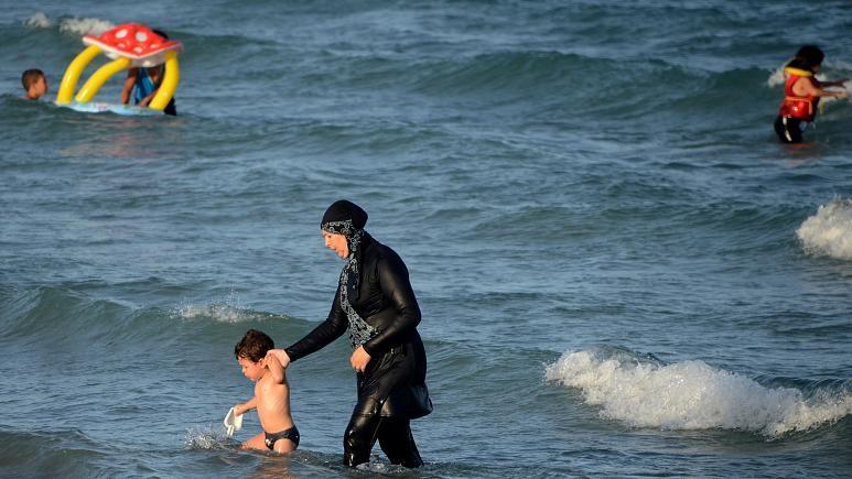 """Франција казнува жени за носење """"буркини"""" костими за капење на базен"""