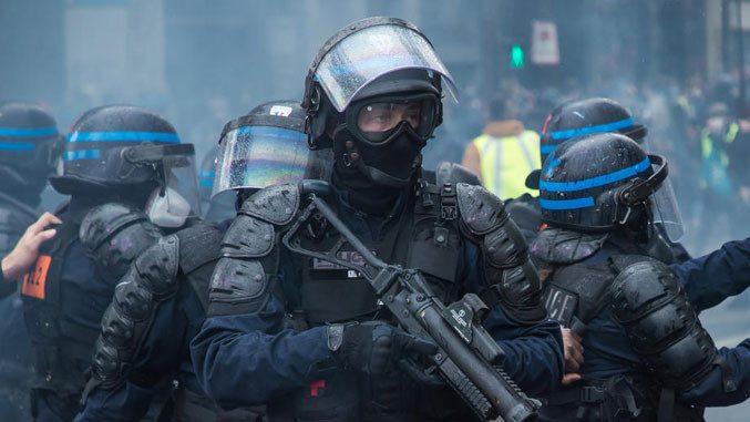 Со солзавец кон демонстрантите против новите мерки за борба против коронавирусот