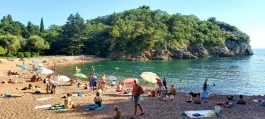 """Црногорците се """"загрижени"""" каде ќе се бања Мило Ѓукановиќ ова лето?"""